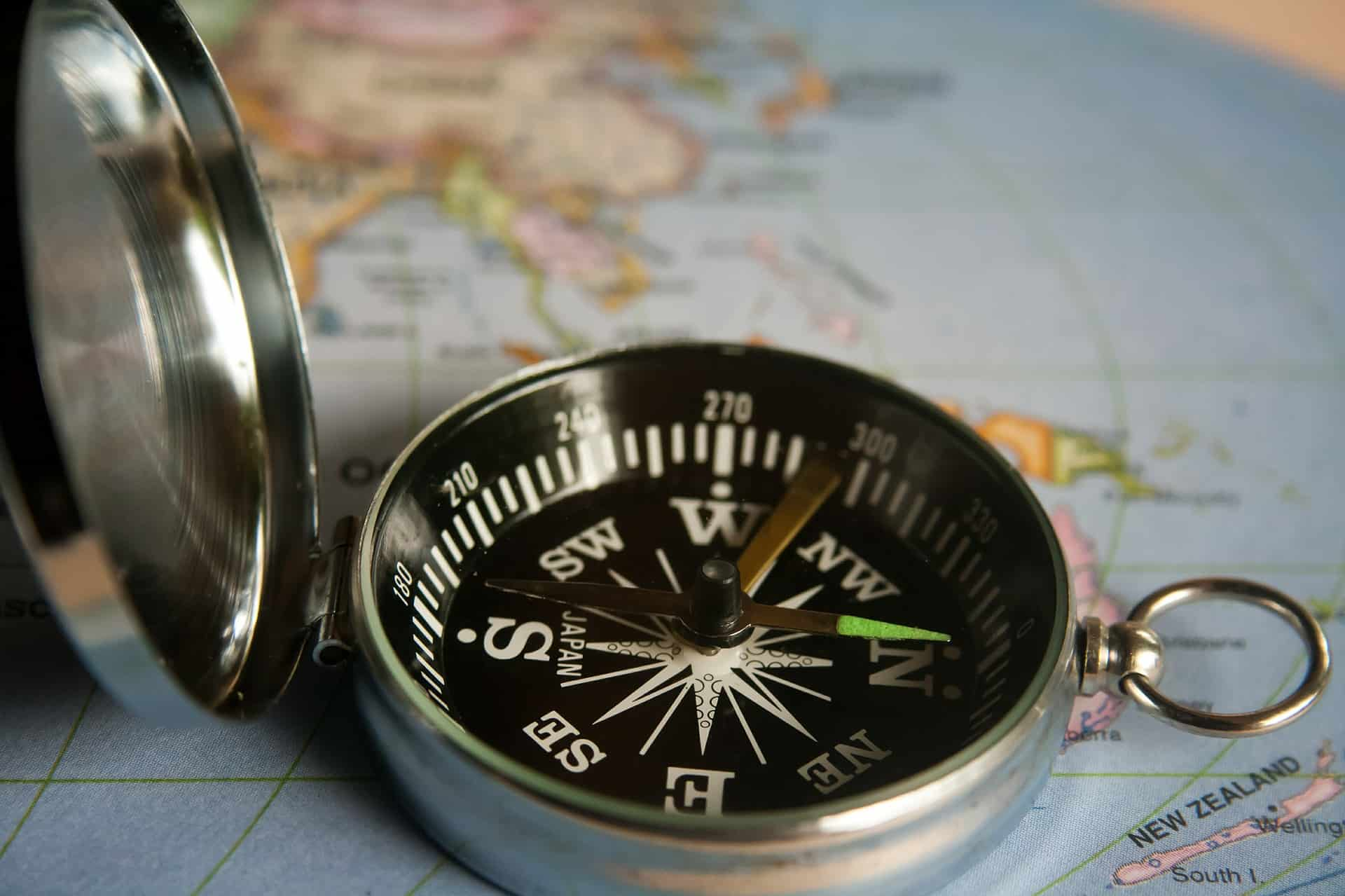 Kompas op wereldbol