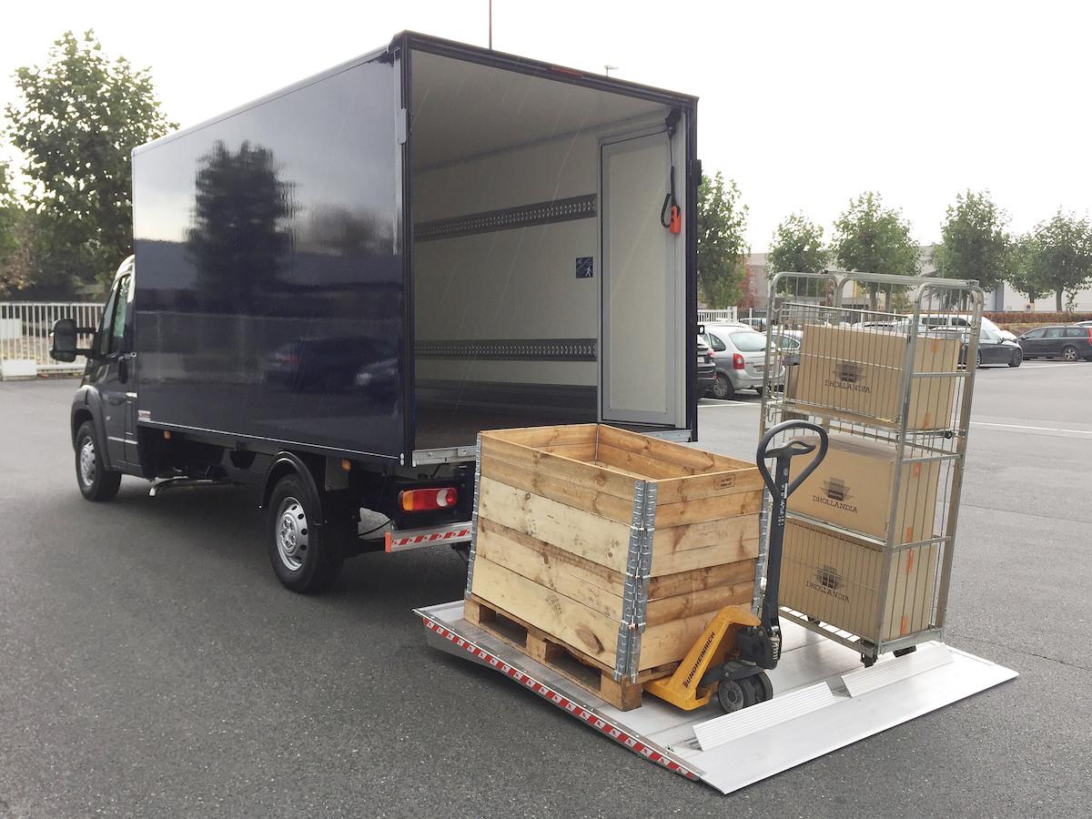 Een kleine vrachtwagen met laadklep