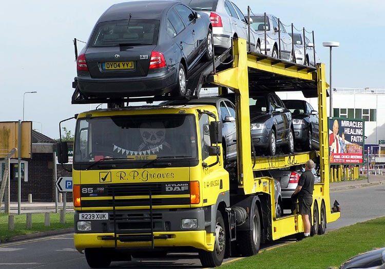 Een Truck volgeladen met auto's