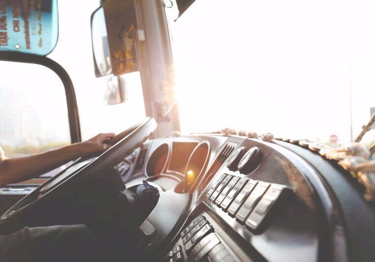 Het stuur van een vrachtwagen